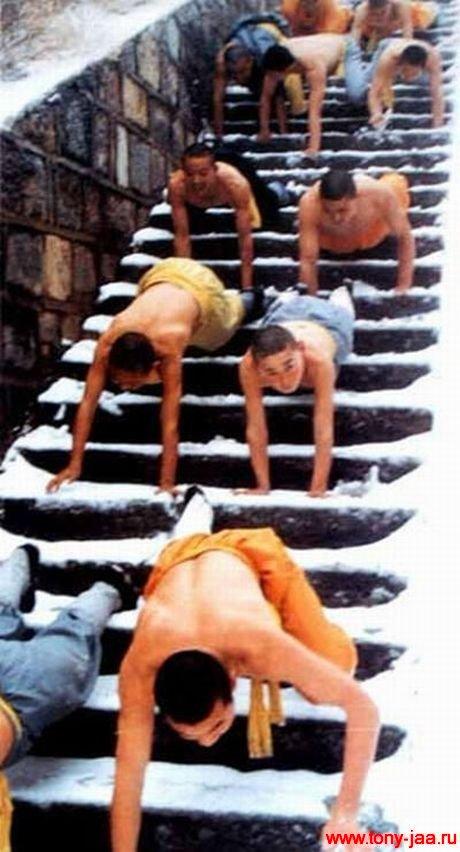 Монахи Шаолиня - трудный путь :)
