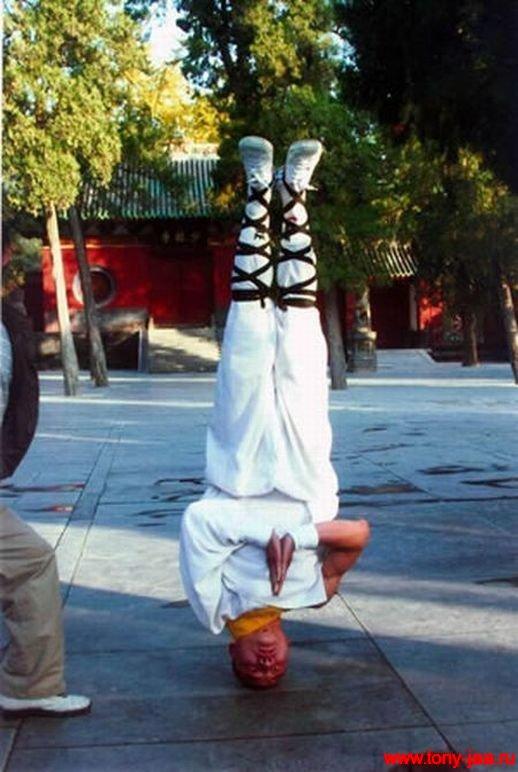 Стойка монаха на голове