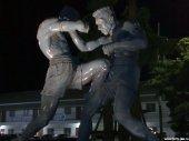 Статуя двух бойцов