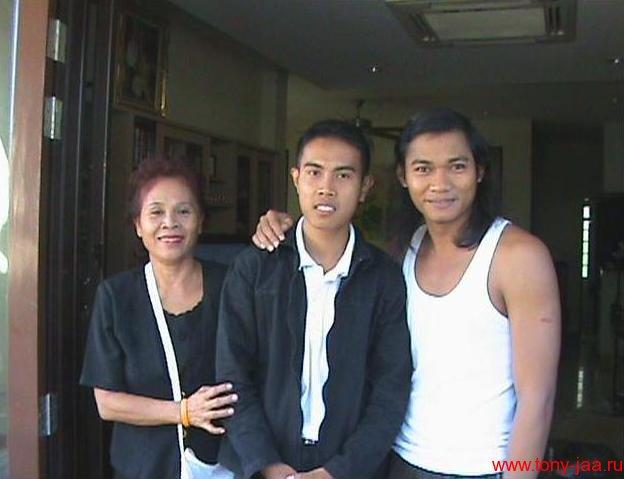 Сураван Сатчукорн с матерью и Тони Джаа