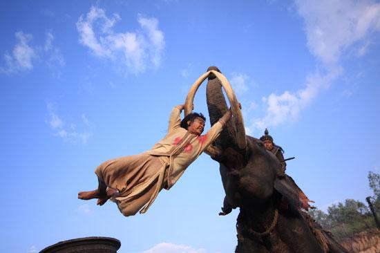 Тьен на бивнях слона