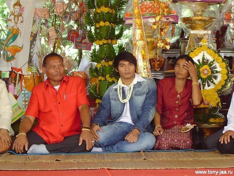 Тони Джаа (Tony Jaa) со своей семьей