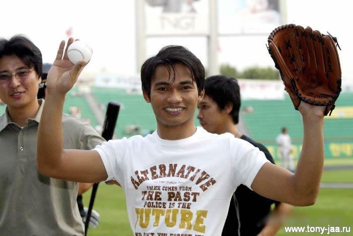 Тони Джаа  - мяч и перчатка