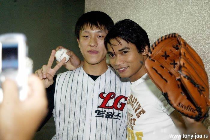 Тони Джаа (Tony Jaa)  с фанатом