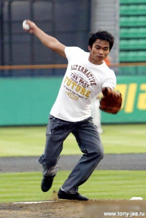 Тони Джаа (Tony Jaa) на бейсболе
