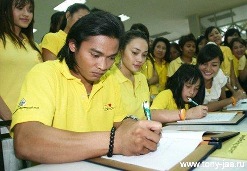 Тони Джаа (Tony Jaa) раздает автографы?