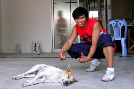 Тони Джаа (Tony Jaa) и собака