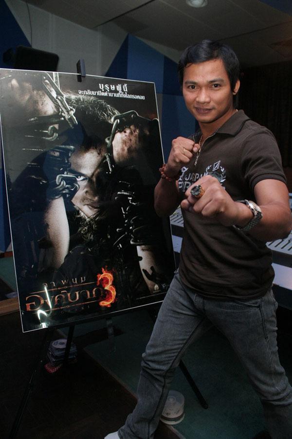 Тони Джаа у постера Онг бак 3
