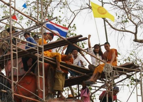 Тони Джаа (Tony Jaa) и флаги