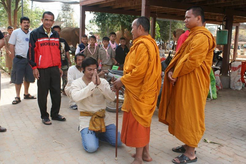 Тони Джаа перед монахами