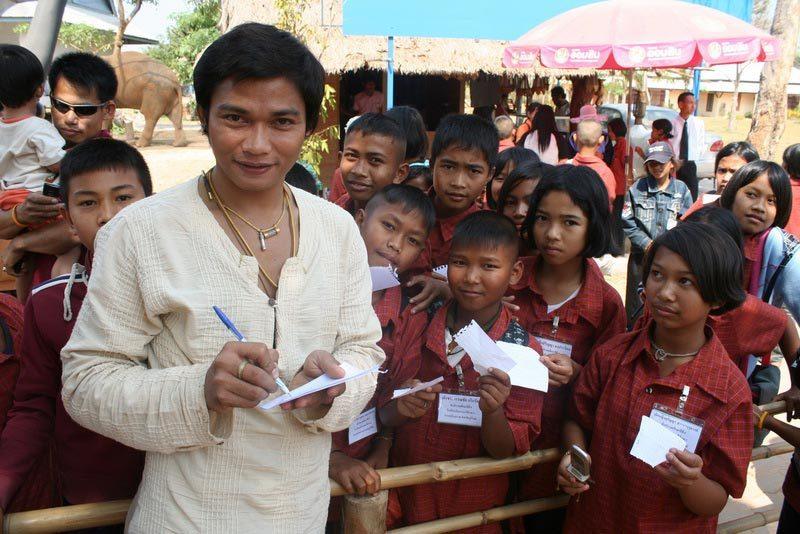 Автографы Тони Джаа для детей