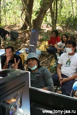 Тони Джаа (Tony Jaa) в маске и панаме