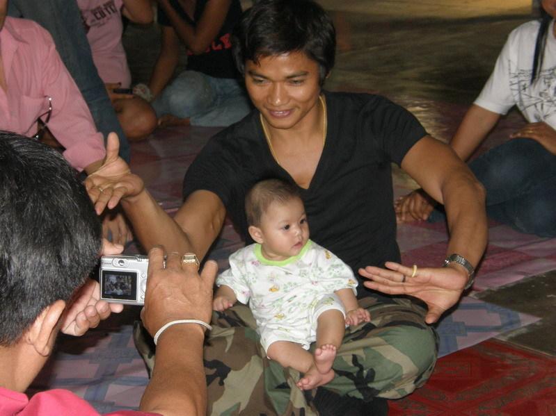 Тони Джаа (Tony Jaa) с ребенком