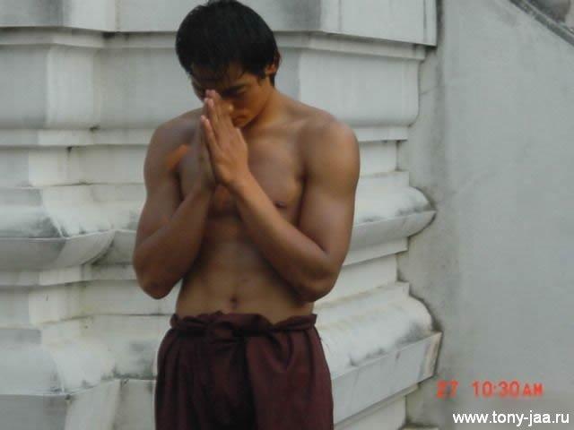 Тони Джаа молится перед съемкой
