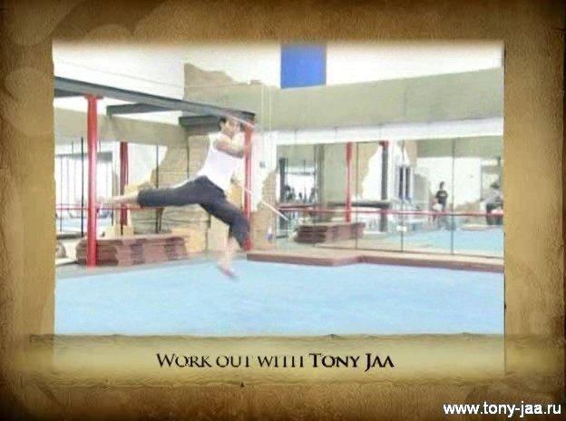 Тони Джаа в прыжке с мечами